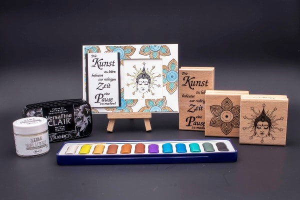 Bastelset für eine Karte mit Motivstempel, Stempelkissen und Farbe