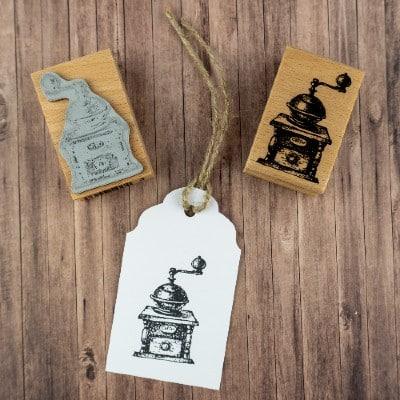 Motivstempel aus Holz gedruckt auf Papier mit Vorder- und Rückseite des Stempels